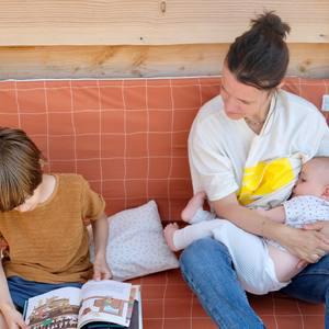 • Tout faire en même temps OUI, mais confortablement ✌🏻 . Une grande zone de jeu de 120X120 pour accueillir les jeux de mon aîné, adaptée à mon bébé et confortable pour y passer du temps avec eux ! . Ce tapis j'en ai rêvé à la naissance de notre second, partagée (tiraillée ??) entre mon (petit) grand de 2 ans trèèèès demandeur 😅 et mon tout petit nouveau-né ❤️ . . 📸 . . . #mezameparis #createurdecocons #joyeusestribus #parenthood #familytime #achatdurable #tapisdevie #tapisdeveil #tapisdemotricité #tapisdejeu #houssesensorielle #eveilsensoriel #bullinger #playmat #motricitelibre #montessori #listedenaissance #cadeaudenaissance #kidsdesign #interiordesign #madeinfrance #fabricationfrancaise
